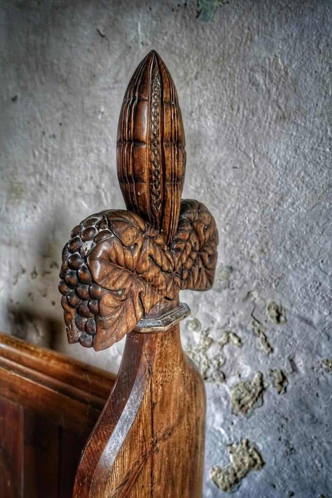 17. Poppy head bench carved by Vincent Raven