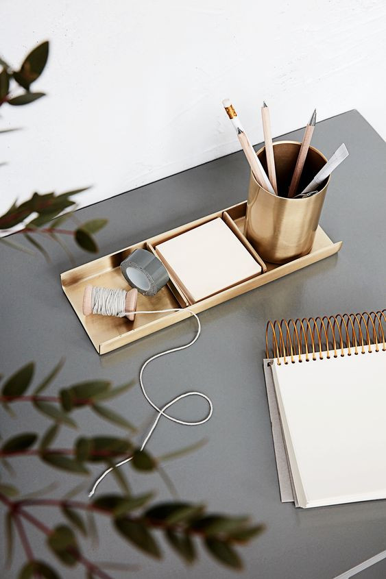 Clutter-free desk - Homefulness