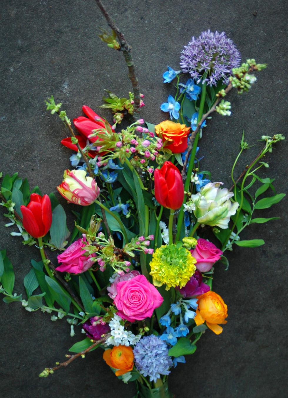 Afscheidsbloemen: liggend voorjaarsboeket