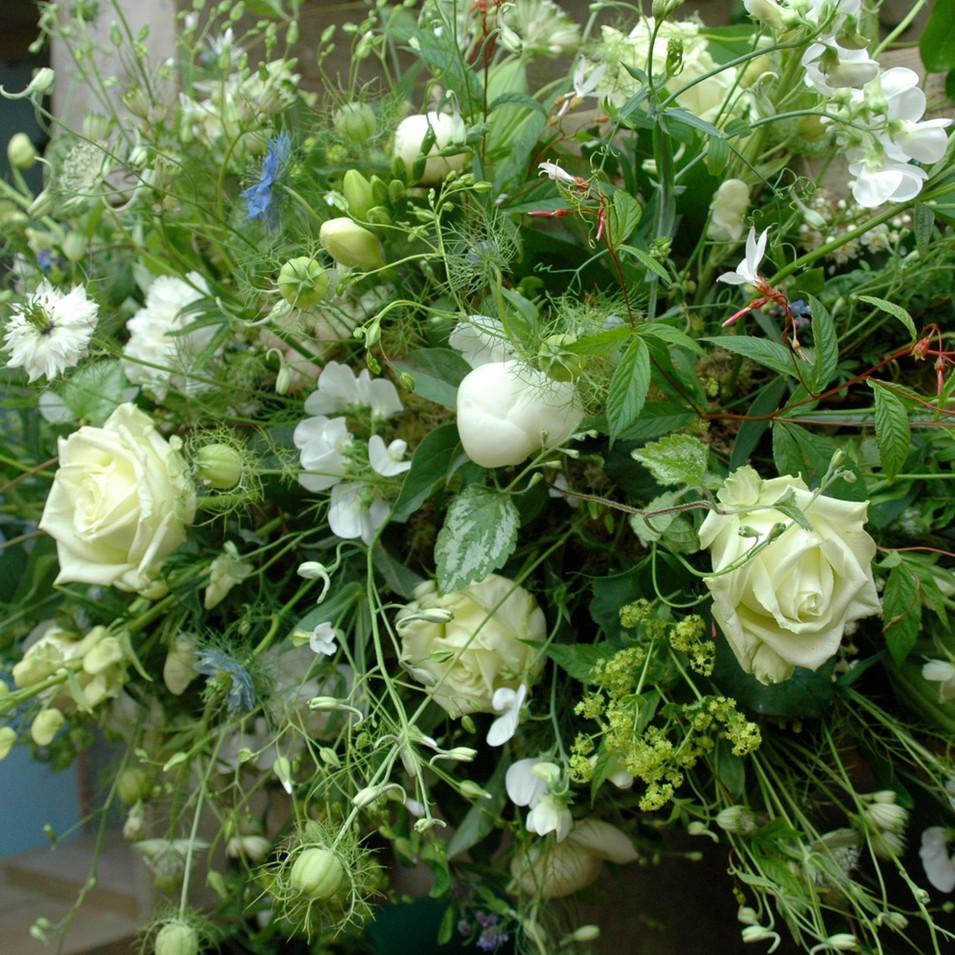 Afscheridsbloemen: wit rouwstuk met wilde bloemen