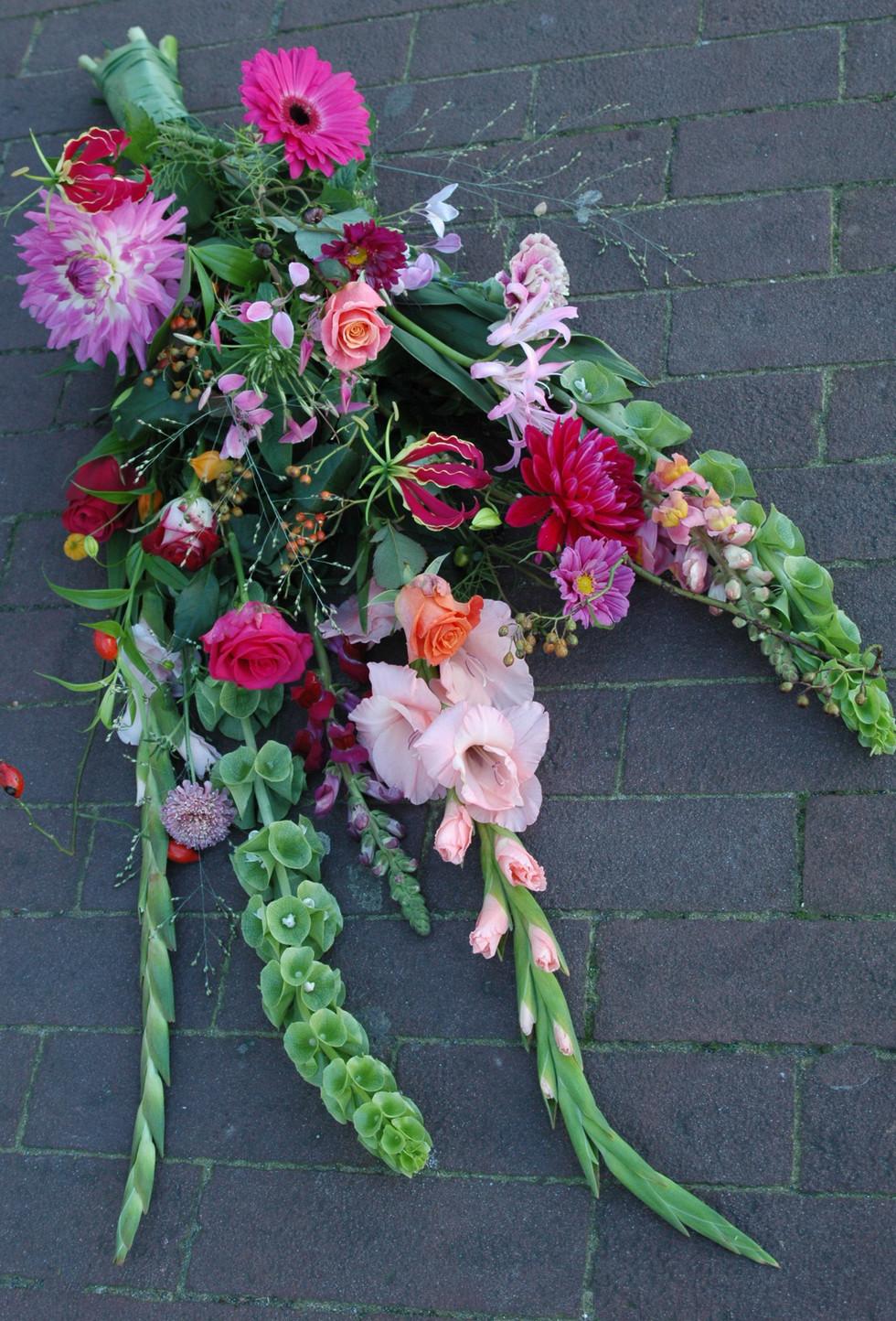 Afscheidsbloemen: liggend boeket in roze tinten