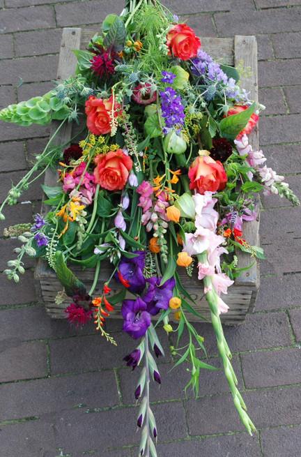 Afscheidsbloemen: liggen boeket met zomer bloemen