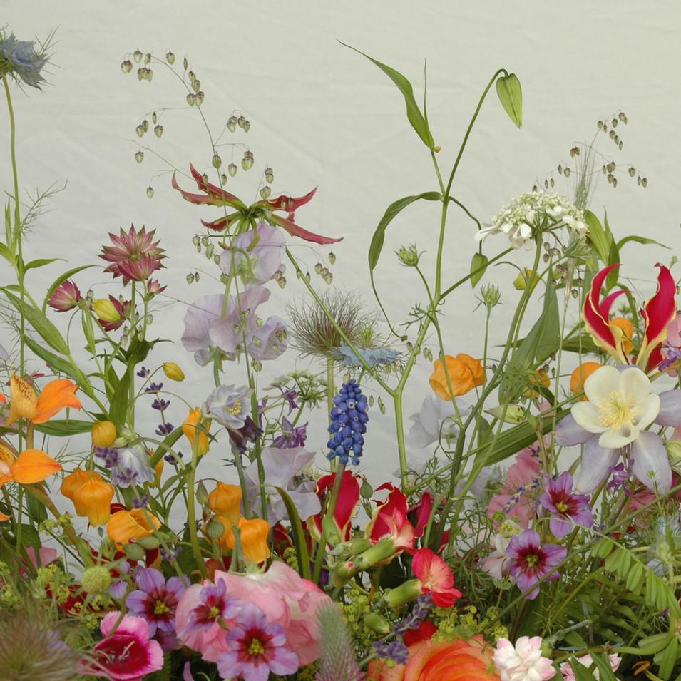 afscheidsbloemen: detail bloemstuk ontelbare bloemen net een tuintje