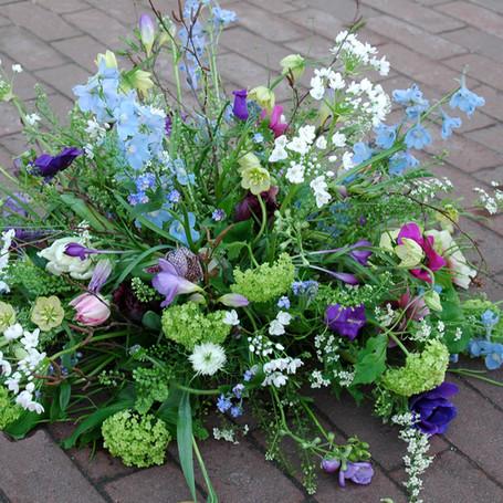 afscheidsbloemen: rouwstuk  met wilde bloemen