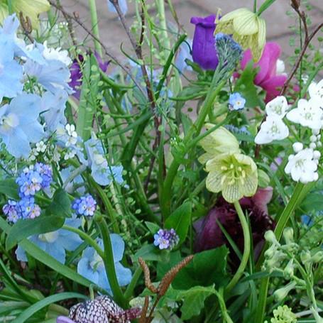 afscheidsbloemen: detail rouwstuk  met wilde bloemen