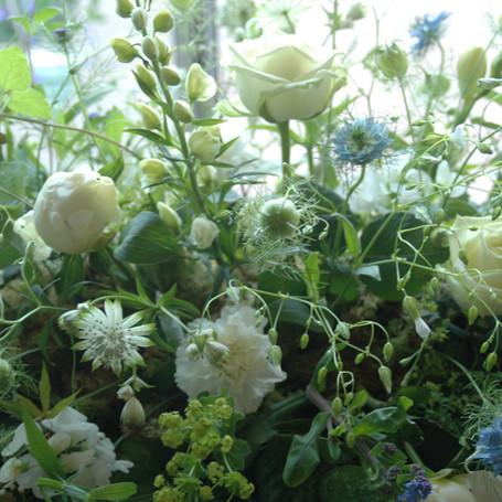 Afscheridsbloemen: detail wit rouwstuk met wilde bloemen