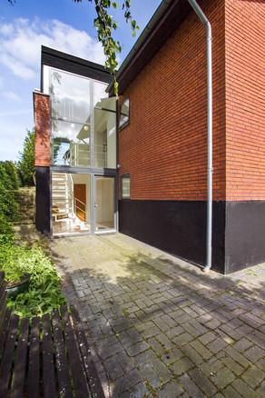 Det_moderne_50er_design_står_harmonisk_op_af_det_gamle_med_sine_genbrugs-mursten