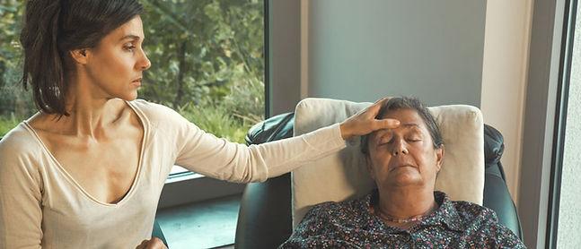 Hypnotiseurin mit entspannter Klientin mit geschlossene Augen in Trance