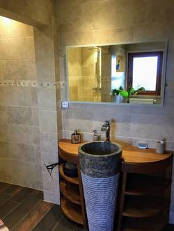Salle de bain pierre et bois