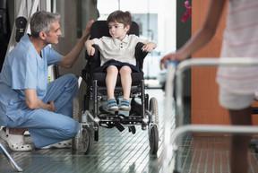 Doutor, falando, menino, em, cadeira rod