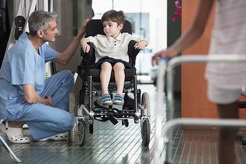 醫生談話與輪椅的男孩
