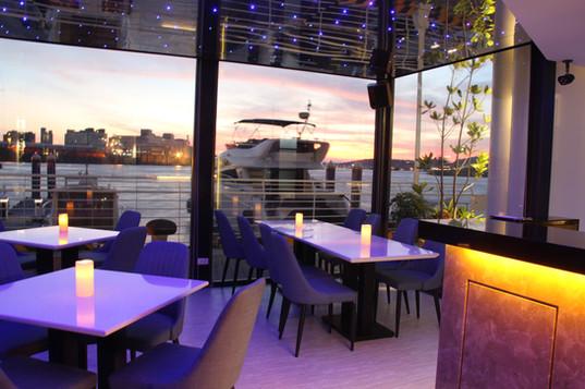 22號碼頭餐廳室內夕陽美景