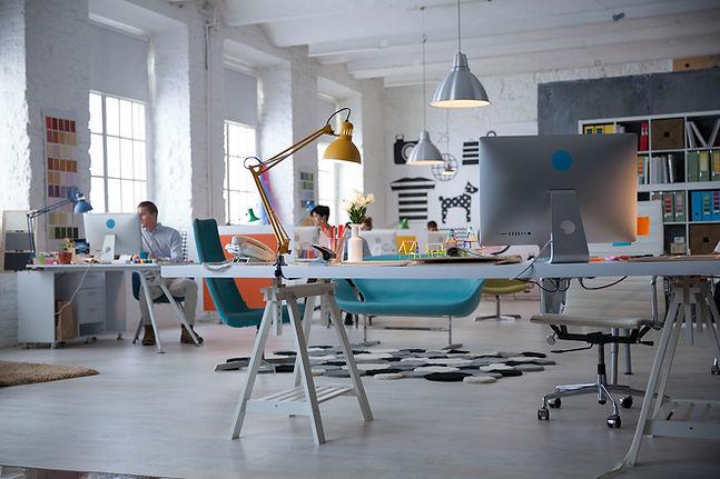 Avokonttori toimisto, työpöydät ja lamput, valoisa konttori