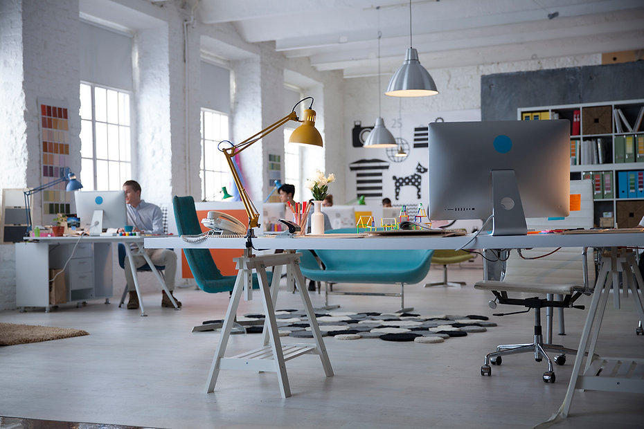 クリエイティブなオフィスのイメージ画像。弊社へのご相談・ご依頼がございましたら、お申し付けください。