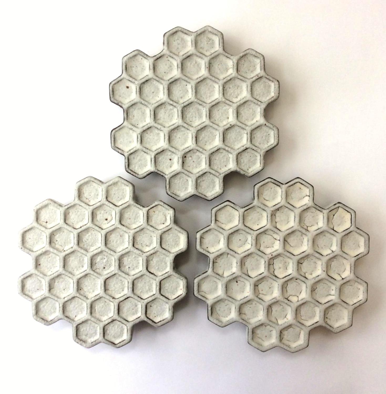 蜂の巣黒皿(小)Honeycomb black plate(small)