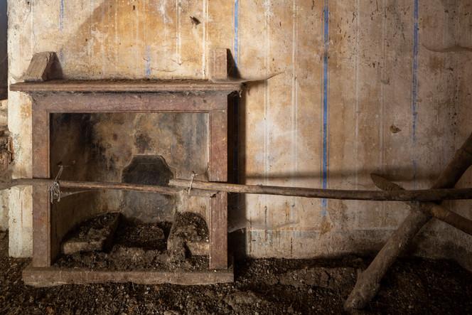 Stanza signorile del nuclo di Pianspessa impreziosita dal un bel camino in marmo usata fino al 2017 come pollaio.
