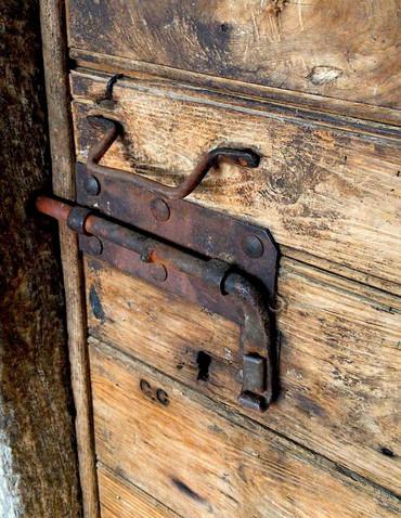 Particolare della porta della cucina del nucleo di Pianspessa.