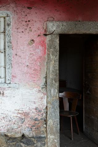 Particolare degli stipiti in granito di una porta.