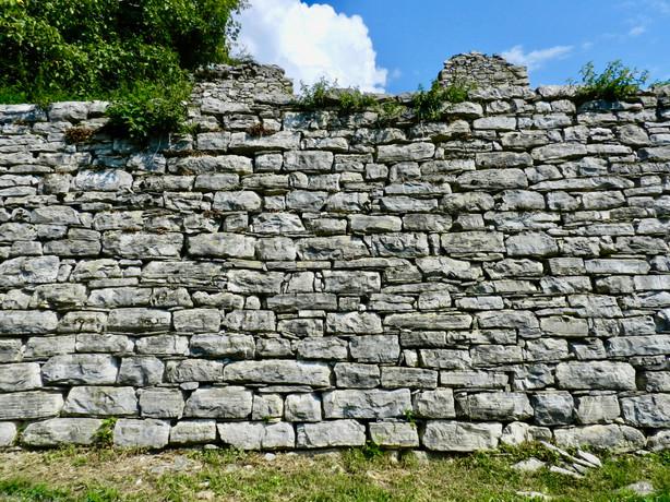 Un muro a secco nei pressi del roccolo di Pianspessa.