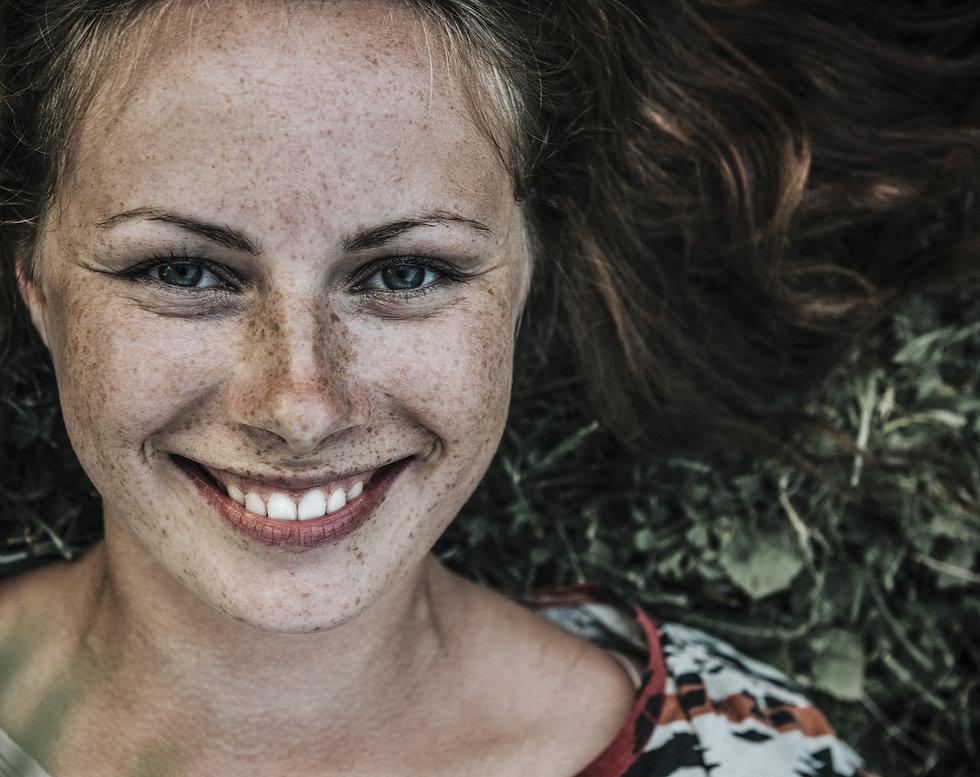 Frau lachen glücklich.jpg