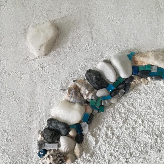 Mosaik und Steine im Kalkbett