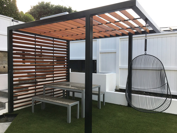 Freestanding pergola with cantilever