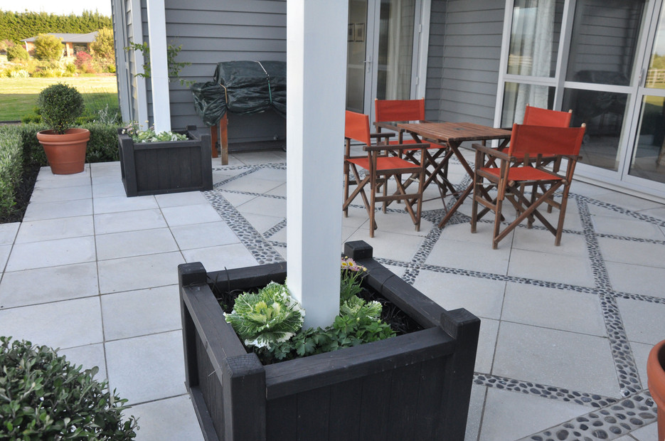 Paved patio designed by Mosaicdesign