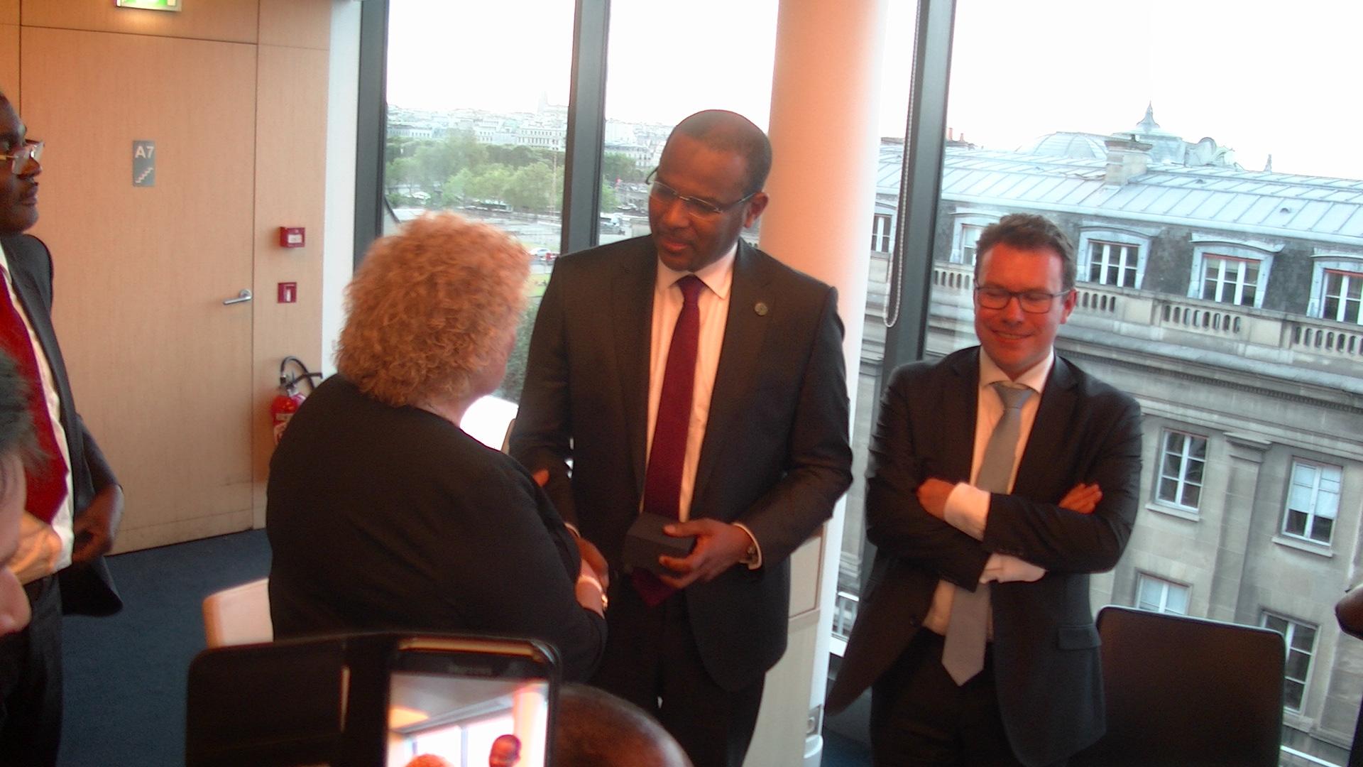 En tant que Légionnaire, DHK félicite le Ministre de l'économie du Mali, monsieur Boubou Cissé, en p