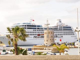 Los pasajeros del 'Pacific Princess' visitan los puntos céntricos de Ceuta