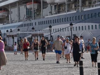 El 'Tui Discovery 2' ya ha desembarcado a sus turistas que recorren la ciudad a pie, en bici o en ta