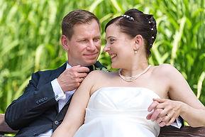 Braut und Bräutigam glücklich verliebt auf Hochzeitsfotografie