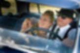 Brautpaar im Hochzeitsauto beim Portraitshooting