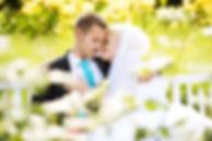 Hochzeitsfoto eines Brautpaars im Park