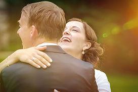 Braut lacht über Hochzeitsfotograf