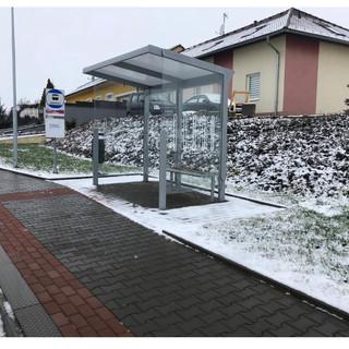 Autobusová zastávka minutu chůze od projektu