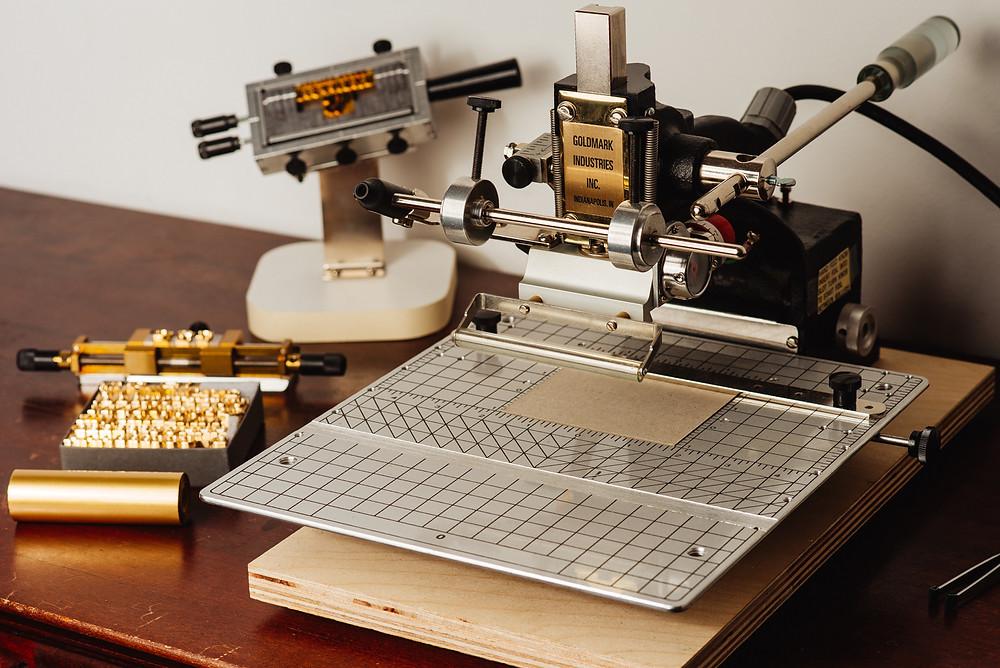 Bisambär - Leather Goods prägt mit einer Howard 150 Prägemaschine Goldfolie und Farbfolie sowie Blindprägung in Leder