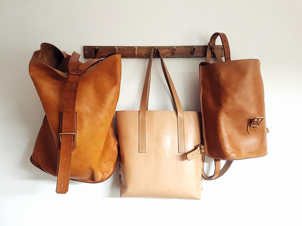Je nach Alter und Nutzung zeigt pflanzlich gegerbtes Naturleder unterschiedliche Farbspektren von hell- bis dunkelbraun. Die Taschen sind von Bisambär - Leather Goods