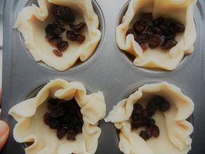 Little raisin pies