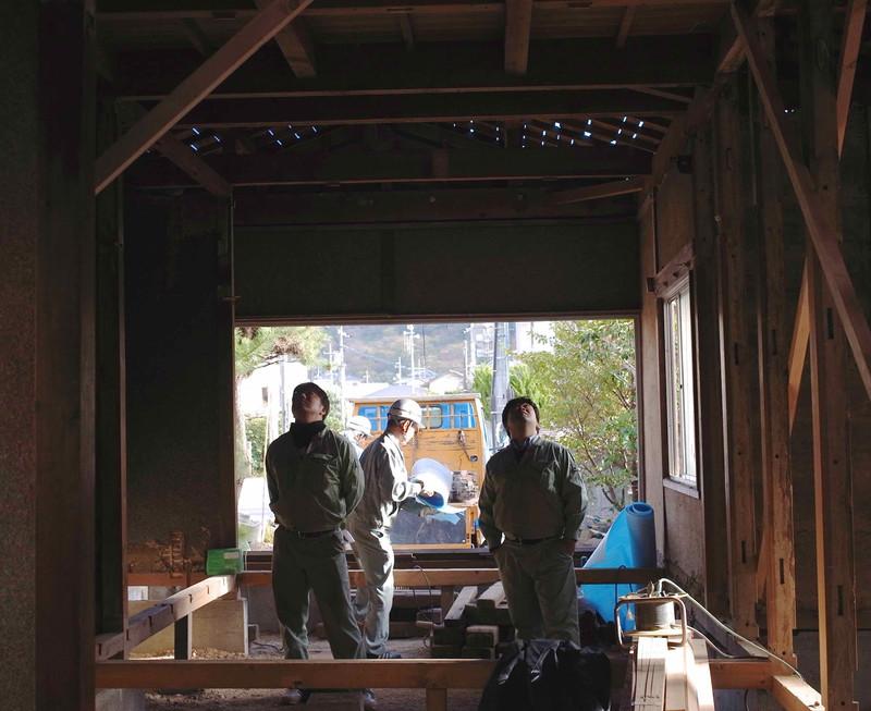 解体された状態を見ながら悩む施工者。