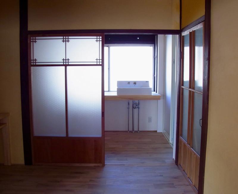 キッチンからつながる家事室、トイレ、洗面、お風呂への動線。建具類は既存のものを調整して使っています。