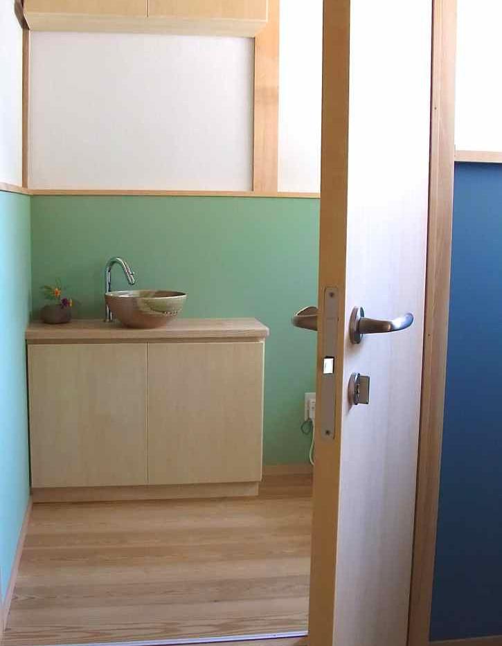 廊下の突き当たりで暗かった部分もトイレに取り込み、明るく広くなりました。