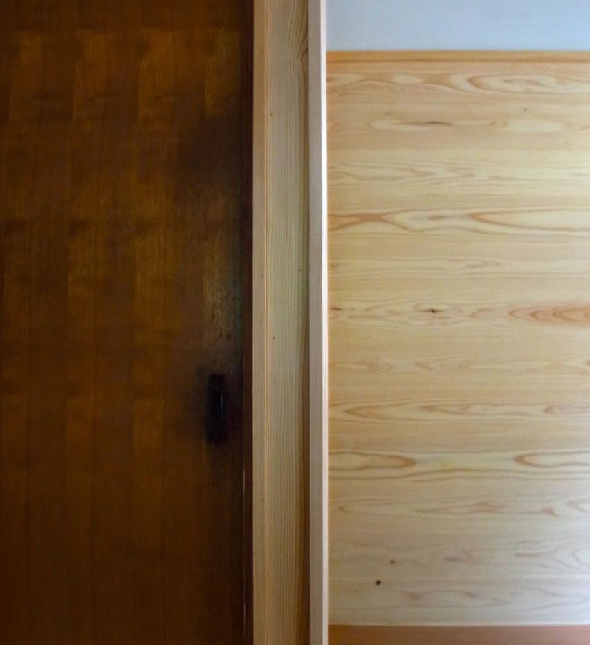 左から既存物入れの扉、柱、杉の羽目板を貼った壁。この壁にはフックでもたくさんつけて合羽を掛けたり、タマネギをぶら下げたり、月桂樹を乾かしたりしてもらいたいと思っています。