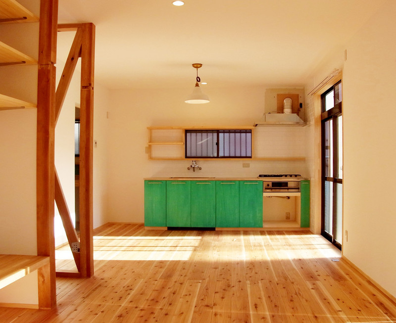 キッチンの配置は変えず勝手口を塞いだ分、広くしました。日当たり良好。