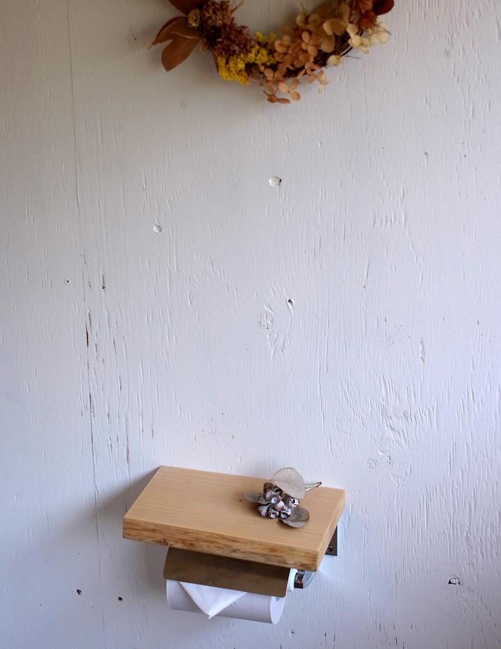 紙巻きの上にちょこっと小物を置ける板を付けています。