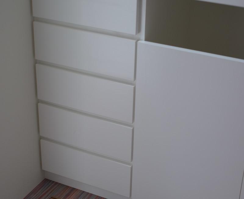 脱衣の家具は洗濯物を入れるスペースも。床のルーバーはパッシブ冷暖のふきだしぐつ