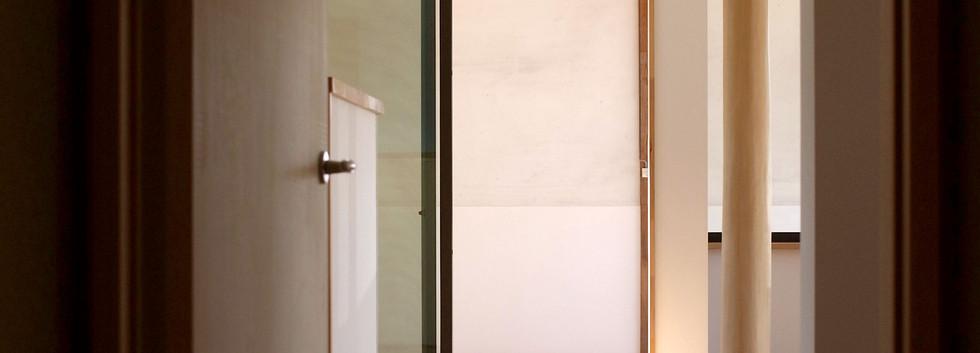 玄関からLDKへの扉を開けるとサンルームのトップライトからの光が迎えてくれます。