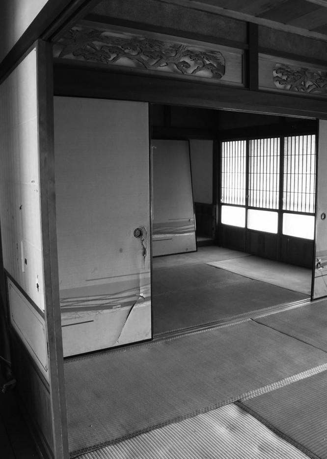 改修前の1F。2部屋に仕切られ、廊下もあり、垂れ壁も暗い感じ・・・