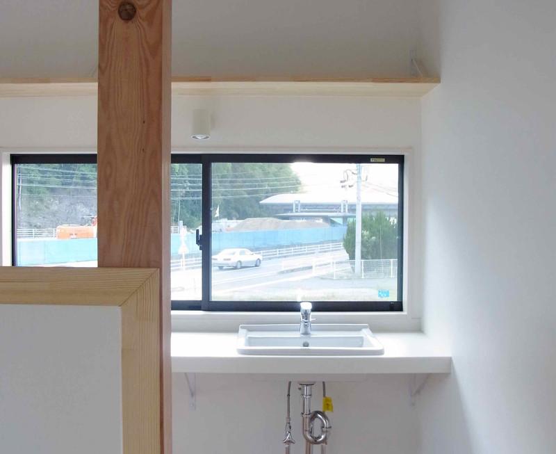 2Fは面積の余裕がなかったため洗面、ミニシンクをいっしょにした6畳程の水回り室をつくりました。壁で仕切らず階段室ともつながる明るい場所です。
