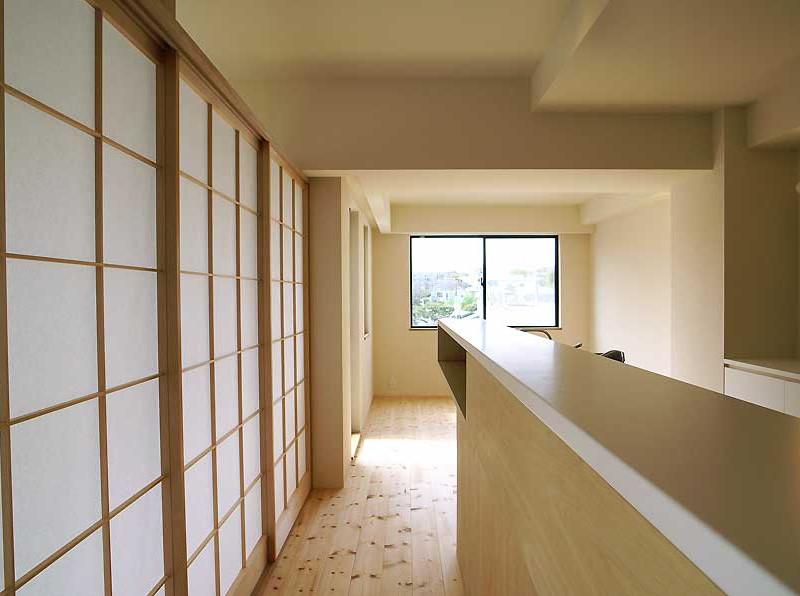 お客さんも泊まりに来やすいように一部を障子で仕切り、畳を敷いています。