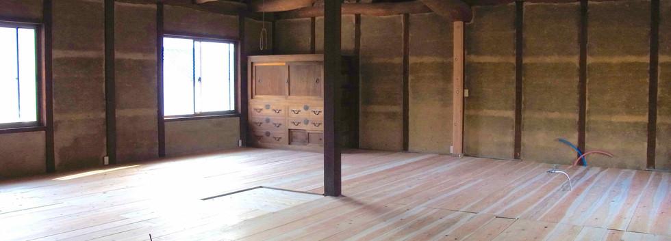 既存の松の板の上に杉板を貼り重ねた状態。壁は土壁のままです。